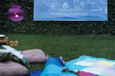 Reúna os amigos para uma sessão de cinema no quintal