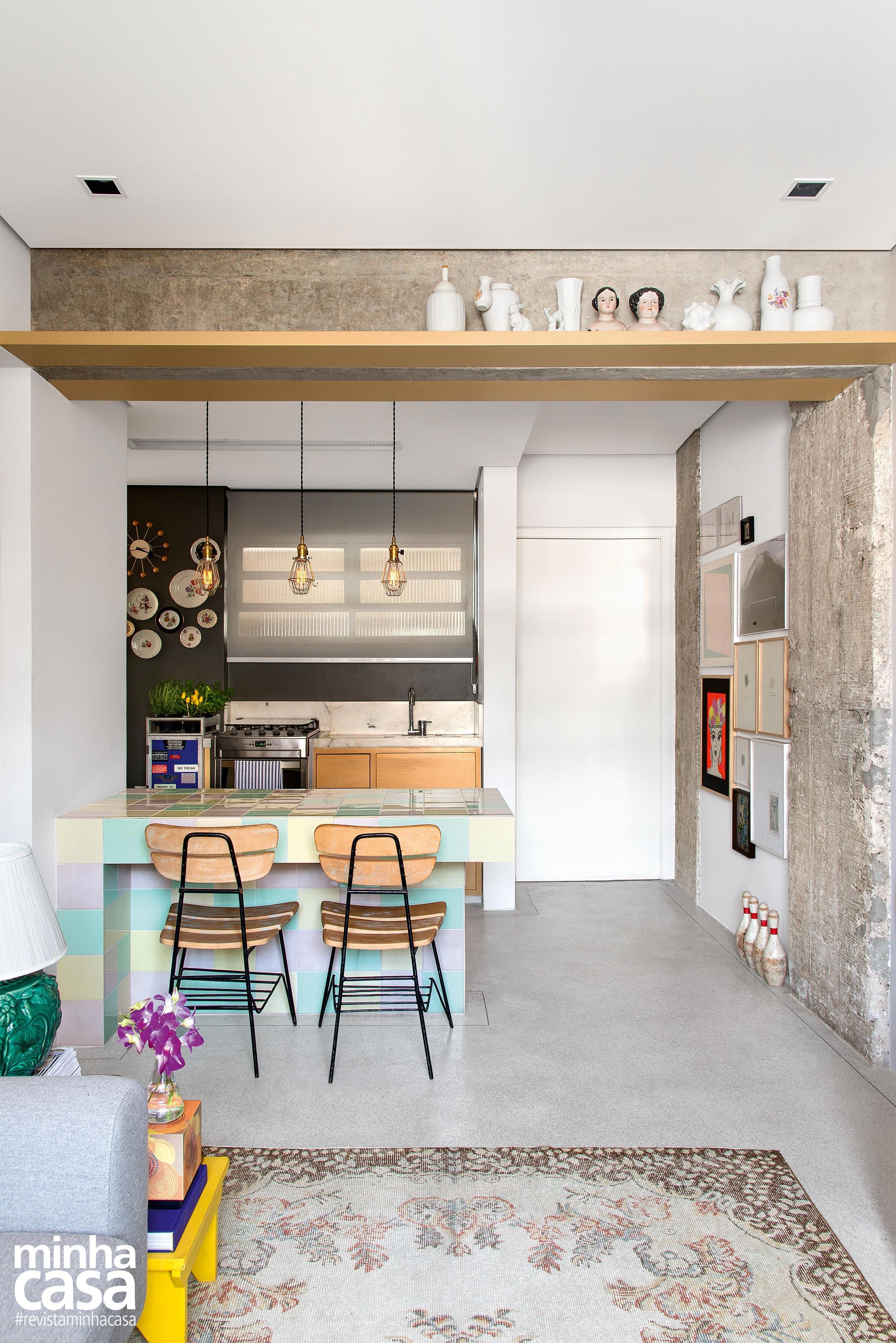 Cozinha integrada com bancada em candy colors