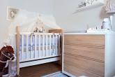 Quarto de bebê com decoração inspirada em cavalinhos