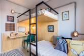 apartamento-de-63-m2-projeto-combina-madeira-com-toque-de-cor-quarto-crianças1